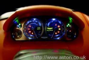 вид сбоку Астон Мартин Aston Martin AMV8 Vantage 2006. Кликните для просмотра фото автомобиля большего размера.
