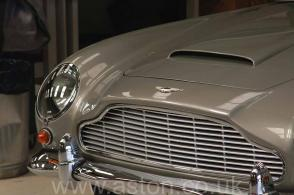 вид сзади Астон Мартин Aston Martin DB5 1965. Кликните для просмотра фото автомобиля большего размера.