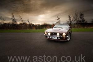 обзор Астон Мартин Aston Martin V8 Volante 1985. Кликните для просмотра фото автомобиля большего размера.