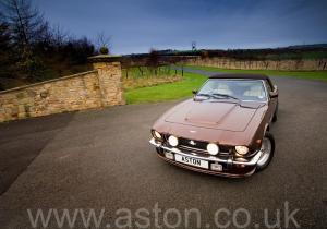 на трассе Астон Мартин Aston Martin V8 Volante 1985. Кликните для просмотра фото автомобиля большего размера.