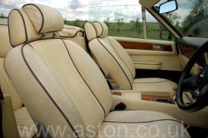 на дороге Астон Мартин Aston Martin V8 Volante 1985. Кликните для просмотра фото автомобиля большего размера.