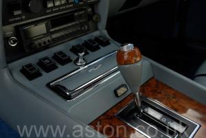 на дороге Астон Мартин Aston Martin V8 Coupe 1986. Кликните для просмотра фото автомобиля большего размера.