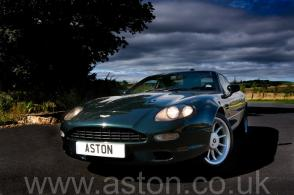 на дороге Астон Мартин Aston Martin DB7 Coupe 1997. Кликните для просмотра фото автомобиля большего размера.