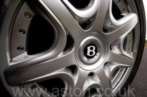 на дороге Бентли Bentley Mulliner 2005. Кликните для просмотра фото автомобиля большего размера.