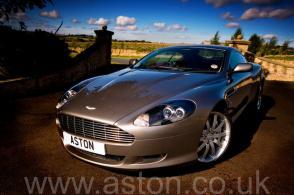 фото Астон Мартин Aston Martin DB9 2005. Кликните для просмотра фото автомобиля большего размера.