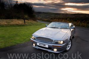 фото Астон Мартин Aston Martin V8 Volante - LWB 2000. Кликните для просмотра фото автомобиля большего размера.