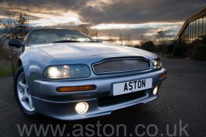 обзор Астон Мартин Aston Martin V8 Volante - LWB 2000. Кликните для просмотра фото автомобиля большего размера.