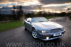 красивый Астон Мартин Aston Martin V8 Volante - LWB 2000. Кликните для просмотра фото автомобиля большего размера.