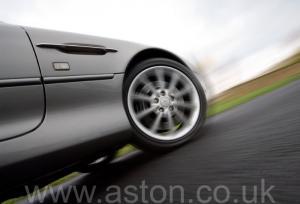обзор Астон Мартин Aston Martin DB7 Vantage 2004. Кликните для просмотра фото автомобиля большего размера.