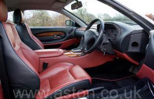 на дороге Астон Мартин Aston Martin DB7 Vantage 2004. Кликните для просмотра фото автомобиля большего размера.