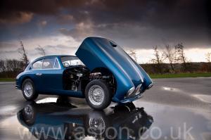 вид Астон Мартин DB2/4 Mk 1 1955. Кликните для просмотра фото автомобиля большего размера.