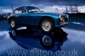красивый Астон Мартин DB2/4 Mk 1 1955. Кликните для просмотра фото автомобиля большего размера.