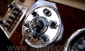 на трассе Астон Мартин DB2/4 Mk 1 1955. Кликните для просмотра фото автомобиля большего размера.