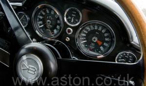 на дороге Астон Мартин DB6 MK II 1970. Кликните для просмотра фото автомобиля большего размера.