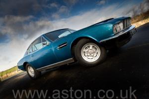 красивый Астон Мартин DBS V8 1972. Кликните для просмотра фото автомобиля большего размера.