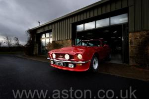 красивый Астон Мартин V8 Coupe 1976. Кликните для просмотра фото автомобиля большего размера.