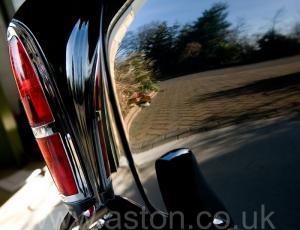 вид сзади Астон Мартин DB2/4 MkIII DHC 1958. Кликните для просмотра фото автомобиля большего размера.