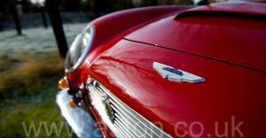 вид сбоку Астон Мартин DB6 Mk1 1969. Кликните для просмотра фото автомобиля большего размера.