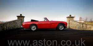 вид Астон Мартин DB2/4 MkIII DHC 1958. Кликните для просмотра фото автомобиля большего размера.