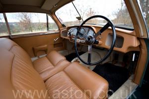 на трассе Астон Мартин Последний DB2 Mk1 1953. Кликните для просмотра фото автомобиля большего размера.
