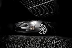 вид спереди Астон Мартин Вэнкуиш (Vanquish) 2003. Кликните для просмотра фото автомобиля большего размера.