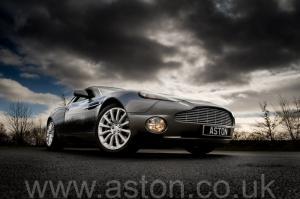 фото Астон Мартин Вэнкуиш (Vanquish) 2003. Кликните для просмотра фото автомобиля большего размера.