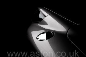 красивый Астон Мартин Вэнкуиш (Vanquish) 2003. Кликните для просмотра фото автомобиля большего размера.