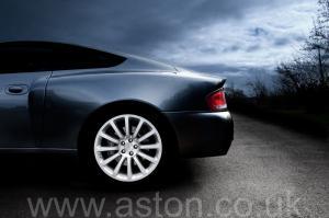 роскошный Астон Мартин Вэнкуиш (Vanquish) 2003. Кликните для просмотра фото автомобиля большего размера.