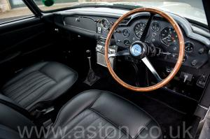 вид спереди Астон Мартин DB5 1963. Кликните для просмотра фото автомобиля большего размера.