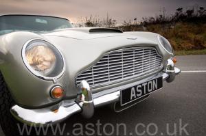 на трассе Астон Мартин DB5 1963. Кликните для просмотра фото автомобиля большего размера.
