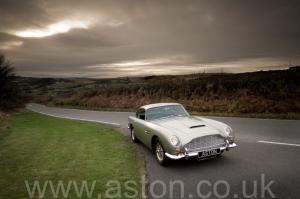 на дороге Астон Мартин DB5 1963. Кликните для просмотра фото автомобиля большего размера.