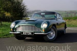 вид сбоку Астон Мартин DB6 Mk 1 1966. Кликните для просмотра фото автомобиля большего размера.