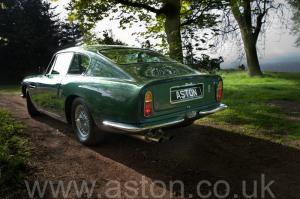 на дороге Астон Мартин DB6 Mk 1 1966. Кликните для просмотра фото автомобиля большего размера.