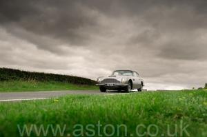 на дороге Астон Мартин DB6 Mk1 1968. Кликните для просмотра фото автомобиля большего размера.