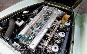 вид сзади Астон Мартин DB5 1965. Кликните для просмотра фото автомобиля большего размера.