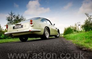 вид Астон Мартин DB5 1965. Кликните для просмотра фото автомобиля большего размера.