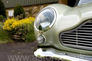 на дороге Астон Мартин DB5 1965. Кликните для просмотра фото автомобиля большего размера.