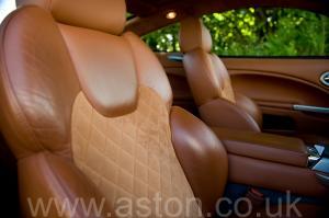 фотография Астон Мартин Vanquish V12 2002. Кликните для просмотра фото автомобиля большего размера.