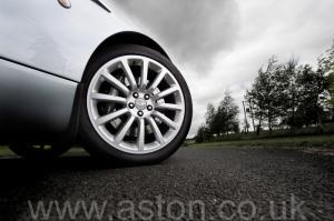 салон Астон Мартин Vanquish V12 2002. Кликните для просмотра фото автомобиля большего размера.