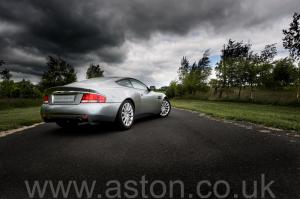 фото Астон Мартин Vanquish V12 2002. Кликните для просмотра фото автомобиля большего размера.