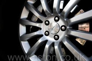 красивый Астон Мартин Vanquish V12 2002. Кликните для просмотра фото автомобиля большего размера.