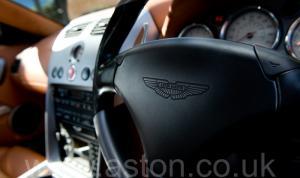 на трассе Астон Мартин Vanquish V12 2002. Кликните для просмотра фото автомобиля большего размера.