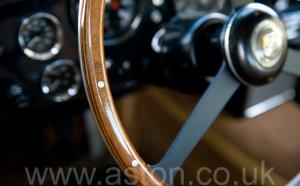 вид сбоку Астон Мартин DB6 MK1 1967. Кликните для просмотра фото автомобиля большего размера.