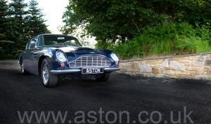 на дороге Астон Мартин DB6 MK1 1967. Кликните для просмотра фото автомобиля большего размера.